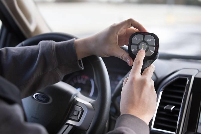 Die Steuerung der beiden Schaufeln erfolgt über einen Hand-Controller
