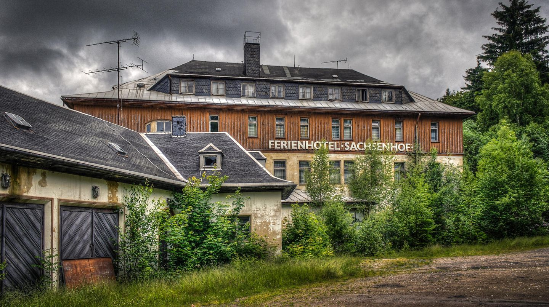 """Bild 1 von 10 der Fotostrecke zum Klicken:FDGB-Heim """"Max Niklas""""  Dieses Hotel im sächsischen Erzgebirge steht seit 1992 leer. Es gehört zu den zwölf verlassenen Objekten, die in dem neuen Buch """"Lost Places - Deutschlands vergessene Orte"""" vorgestellt werden, der bei Plaza im Heel Verlag erschienen ist."""