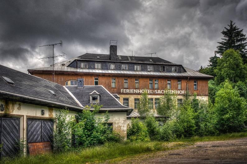 """FDGB-Heim """"Max Niklas""""  Dieses Hotel im sächsischen Erzgebirge steht seit 1992 leer. Es gehört zu den zwölf verlassenen Objekten, die in dem neuen Buch """"Lost Places - Deutschlands vergessene Orte"""" vorgestellt werden, der bei Plaza im Heel Verlag erschienen ist."""