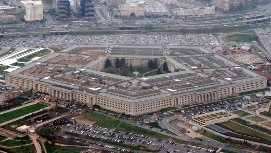 Eine Luftaufnahme zeigt das Pentagon mit seinem fünfeckigen Grundriss in Washington D.C.