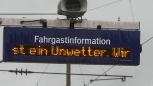 "Anfang Januar waren Zugstrecken wegen des Sturms ""Burglind"" gesperrt worden. Jetzt zieht ""Friederike"" auf."