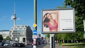Werbung an einer Hauptstraße in Berlin