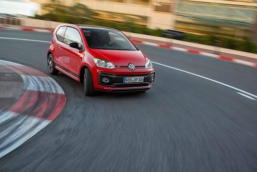Das Fahrwerk hält den VW up! GTI auch in schnellen Kurven gut in der Spur