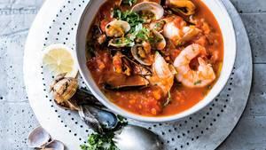 Fisch, Garnelen und Schalentiere in duftendem Tomaten- und Gemüsesud