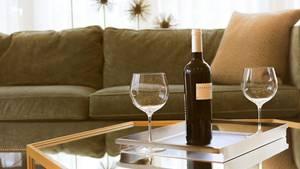 Weingläser auf einem Tisch