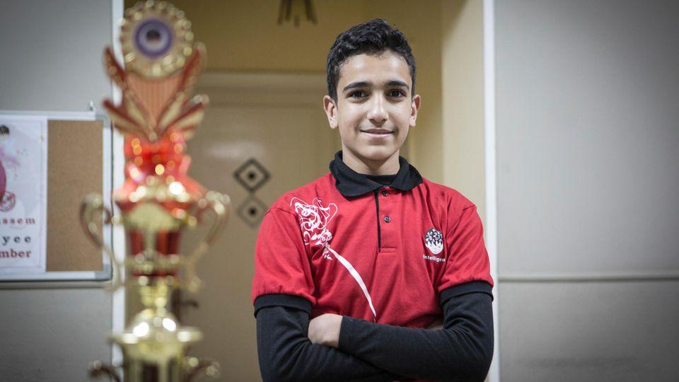 Der 13-jährige Abdel steht neben seiner Trophäe