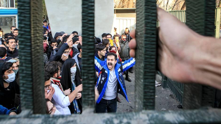 Iran: Wie aus einem Machtkampf fast ein Volksaufstand wurde