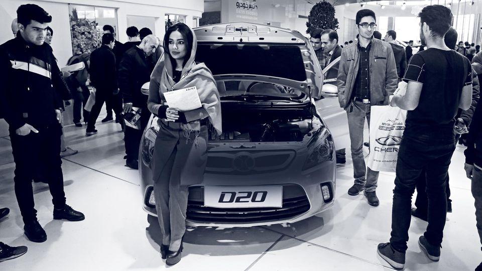 Iraner begutachten neue Modelle in einem Autosalon bei Teheran
