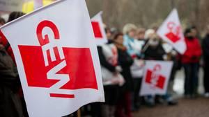 """Bei einer Demonstration zeigen Lehrer die Flagge der """"Gewerkschaft Erziehung und Wissenschaft"""" (GEW)"""