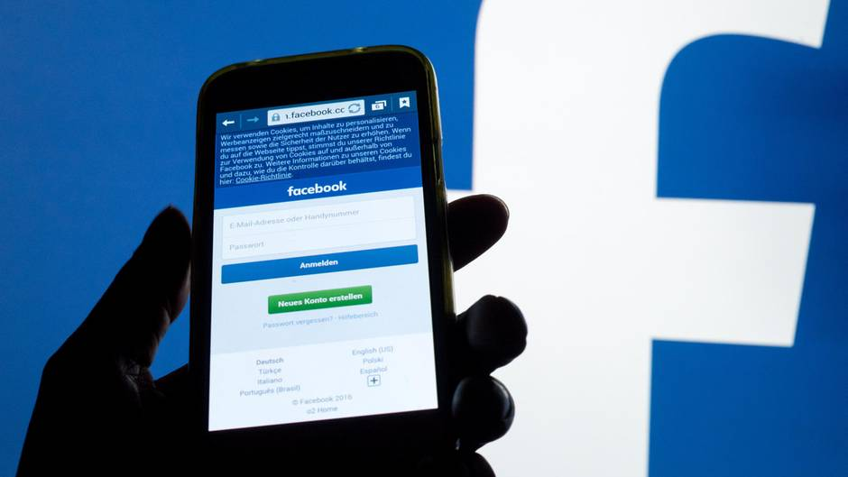 Ein Smartphone vor dem Facebook-Logo.