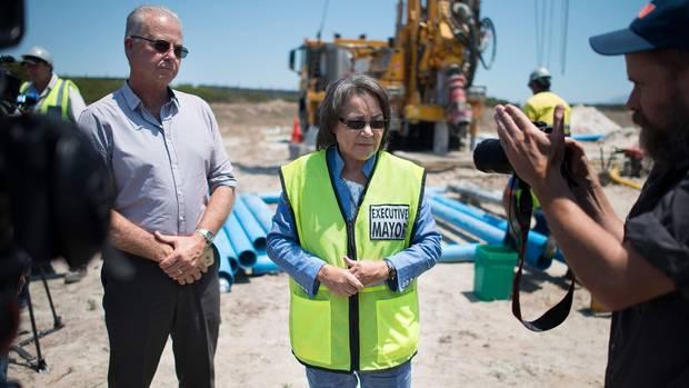Kapstadts Bürgermeisterin Patricia de Lille besucht eine Bohrstelle für einen neuen Grundwasserbrunnen.