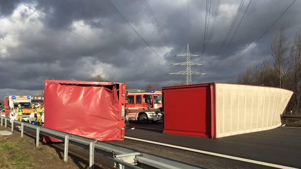 Auch auf der A555 bei Bonn kippte am Vormittag ein Lastwagen um