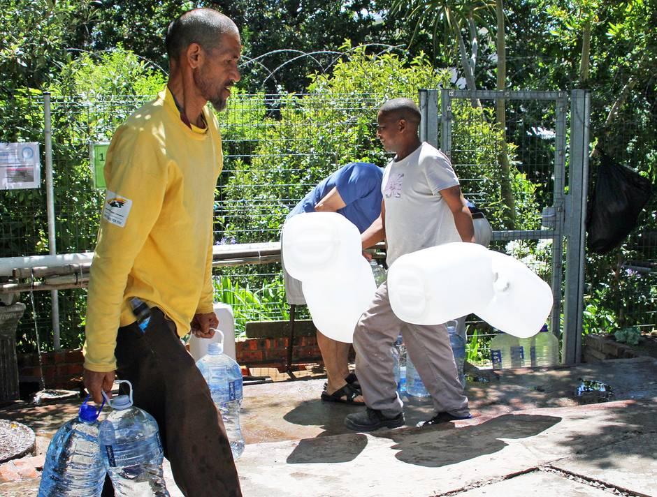 Ein Teil der Bevölkerung versorgt sich bereits mit Wasserkanistern an einer natürlichen Quelle.