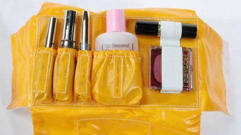 Kulturtasche mit Lidschatten, Lippenstift und anderer Schminke