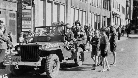 """Berlin 1948, drei Jungs hoffen auf ein paar Geschenke von den US-Soldaten. Die amerikanische """"Coolness"""" hat praktisch im Handstreich die Jugend für sich eingenommen. Lässiges Auftreten, Hände in den Hosentaschen und immer einen Streifen """"chewing gum"""" dabei. Am Ende schlägt das Kaugummi den germanischen Überlegenheitswahn."""
