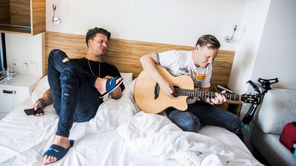 Zwischen den Konzerten: In der Kabine übt Darius Zander mit Gitarrist Tobias Born