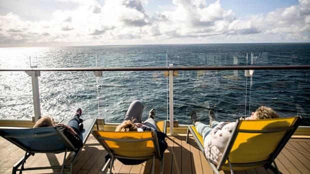 Drei Passagiere entspannen auf dem Sonnendeck