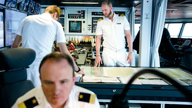 Auf der Brücke studiert Kapitän Sebastian Naneder die Karten