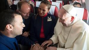 Papst traut Flugbegleiter