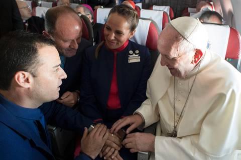 News des Tages: Hochzeit im Himmel - Papst Franziskus traut Flugbegleiter in 11.000 Meter Höhe