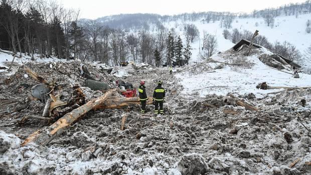 """Was bleibt: Rettungskräfte stehen Ende Januar 2017 zwischen den Trümmern des Hotels """"Rigopiano"""" in den Abruzzen"""
