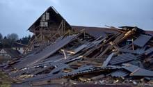 """Sturmtief """"Friederike"""": Blick auf die Trümmer eines eingestürzten landwirtschaftlichen Anwesens in Meimbressen"""
