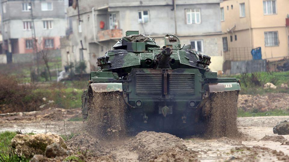 Ein Panzer an der Grenze zwischen der Türkei und Syrien