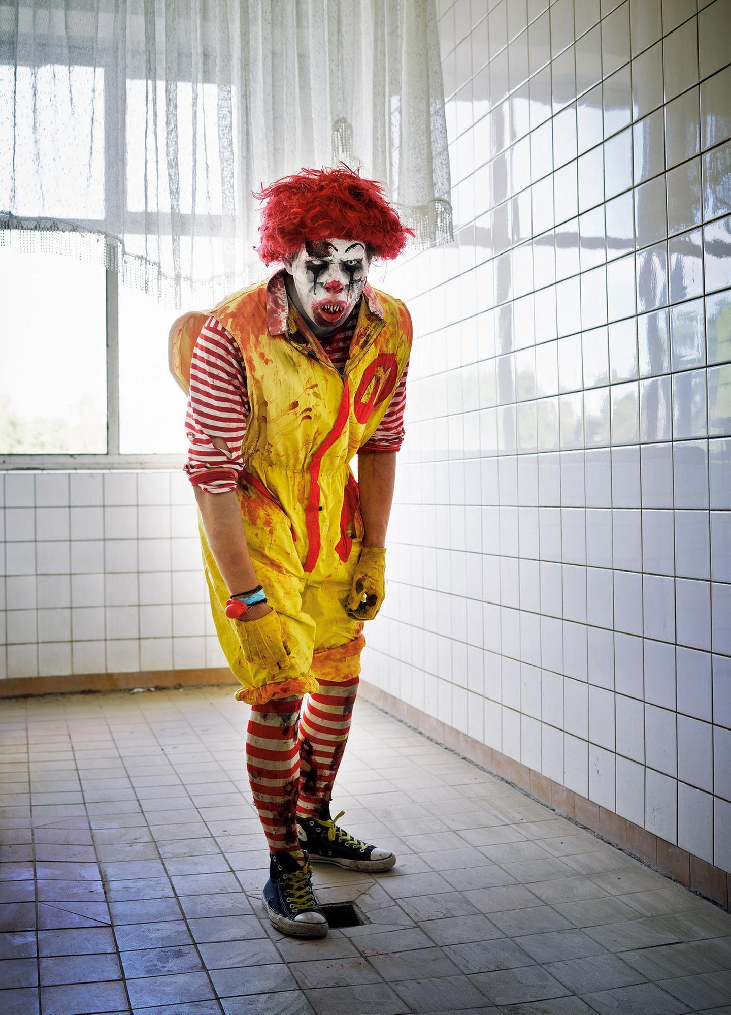 """""""Ronald McDonald"""" – Zombie. Im Rollenspiel wird aus dem sympathischen Maskottchen der Fleisch- und Frittenverkäufer ein Angst einflößender Menschenfresser. Gern tritt er im gekachelten Schlachtfeld auf"""