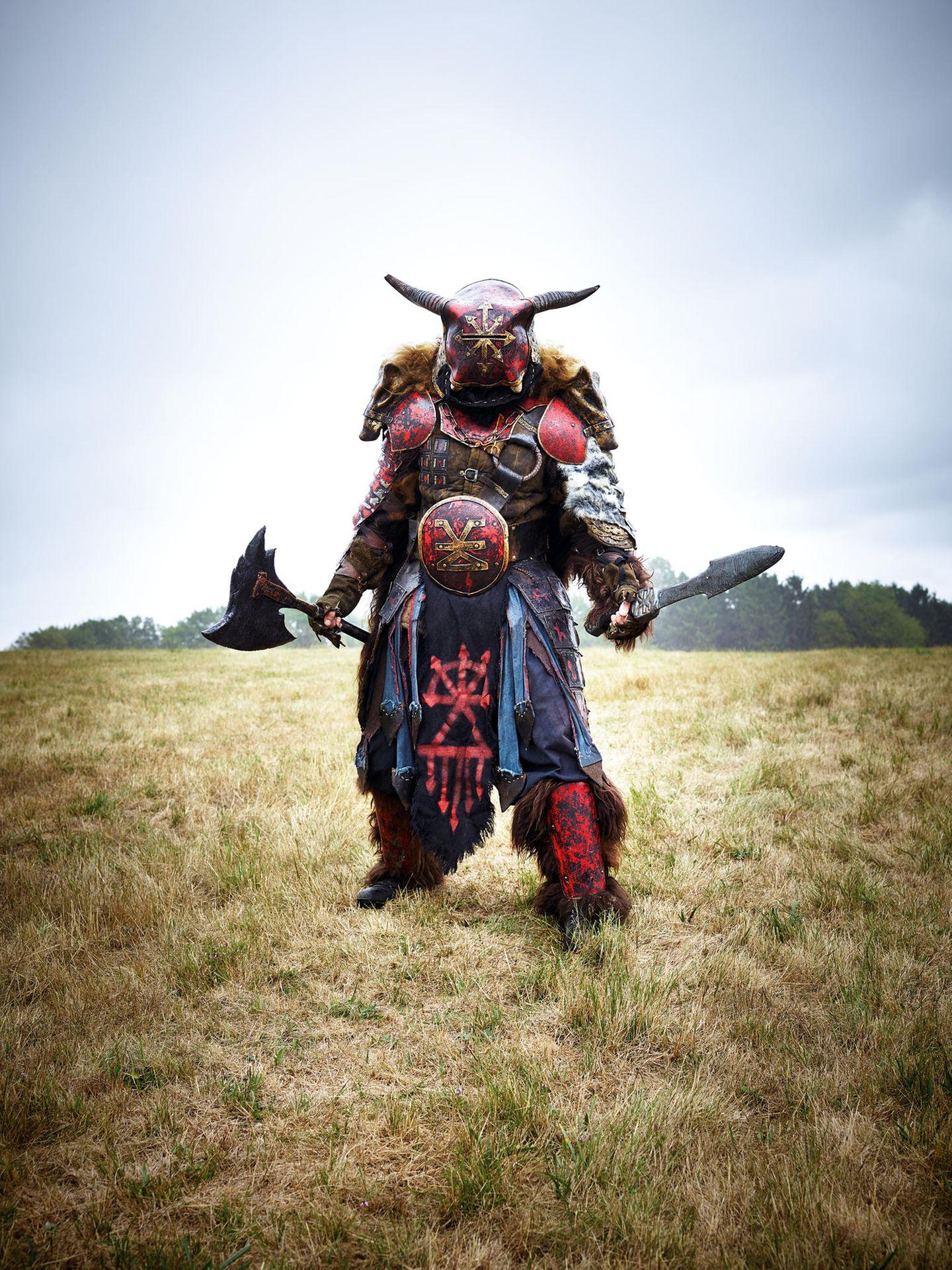 """""""Rhokas"""" – Krieger. Im """"Epic Empires""""-Spektakel ringen Völker miteinander – aber immer so, dass es nicht richtig wehtut. Das Ganze spielt in einem Naturschutzgebiet bei Bexbach im Saarland. Dieses Kostüm hat um die 4000 Euro gekostet"""