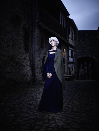 """""""Irmgard"""" – Nachtgestalt. Die bleiche Dame gehört zum Spiel """"Novum Castrum"""", einem Kampf der Vampire, der das 13. Jahrhundert auferstehen lässt. Hier ist sie in Pose gesetzt auf der Tannenburg oberhalb des hessischen Nentershausen"""