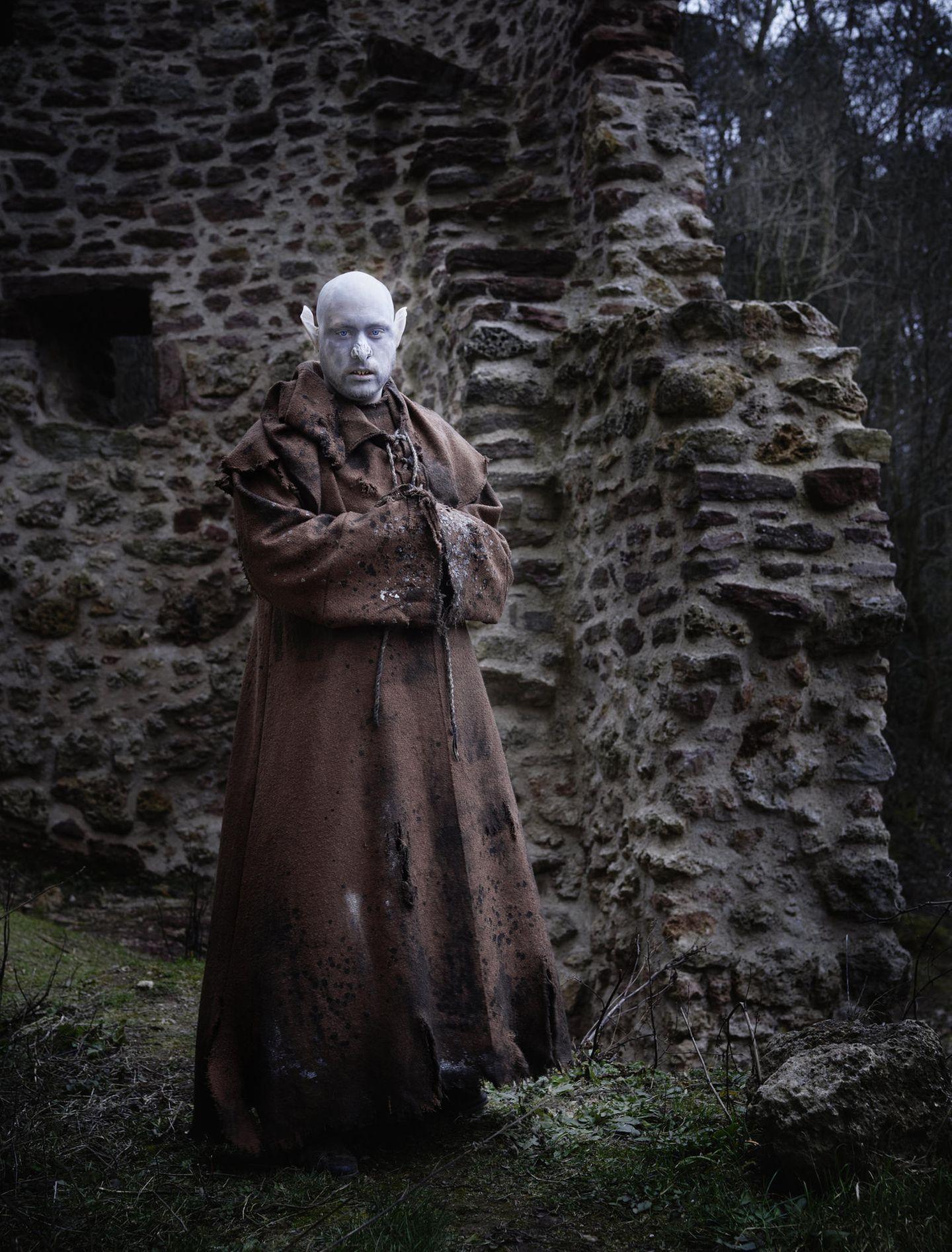 """""""Frater Julianus"""" – Abt. Die meisten Spieler wollen ihre wahre Identität nicht preisgeben. Bei diesem Ahnherrn des Nosferatu ist es anders. Zwischen spitzen Lauschern steckt ein kluger Kopf: Sebastian, ein Psychotherapeut aus Berlin"""