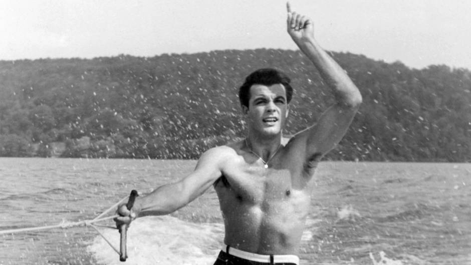 """Skilegende Toni Sailer in dem Film """"Ein Stück vom Himmel"""" (1957) auf Wasserskiern (undatiertes Archivfoto)"""