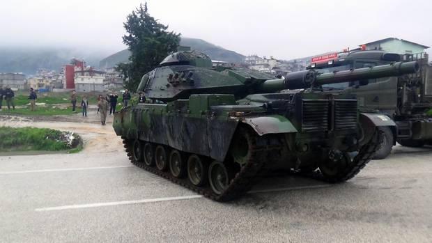Ein Panzer in der grenzregion zwischen der Türkei und Syrien