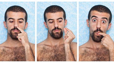 Mann popelt in der Nase