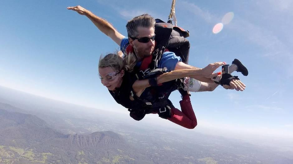 Tatjana Gsell fliegt mit dem Fallschirm ein