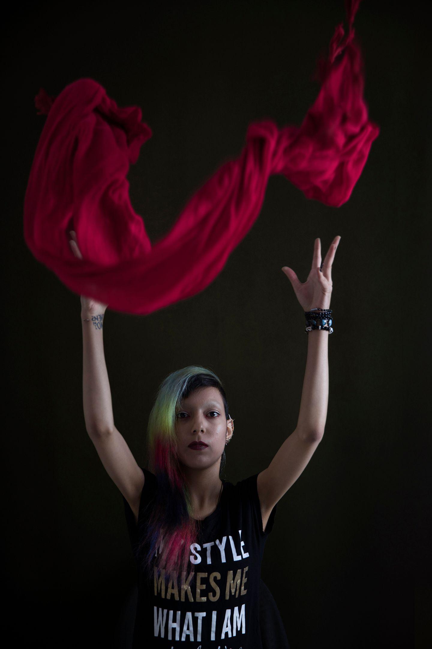 """""""Masih Alinejad und ihre Bewegung 'My Stealthy Freedom' hat die Frauen im Iran bestärkt. Mit meinem Projekt möchte ich zu diesem Bewusstsein beitragen."""" (Marinka Masséus)"""