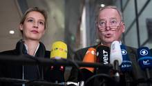 Alice Weidel und Alexander Gauland von der AfD sprechen im Berliner Reichstag in die Mikrofone mehrerer TV-Sender