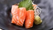 Sashimi aus Lachs auf einem Teller