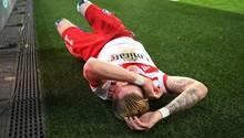Ein Bild mit Symbolcharakter: HSV-Profi Andre Hahn liegt nach einer Aktion am Boden