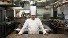 """Der französische Spitzenkoch Paul Bocuse in der Küche seines Sternerestaurants """"L'Auberge du Pont de Collonges"""" (2011)"""