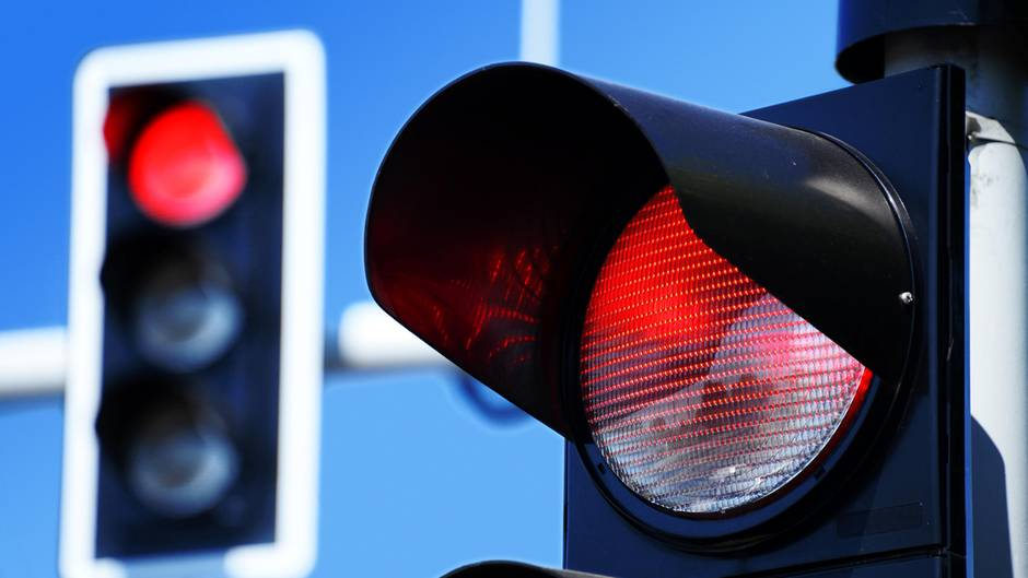 Fahren im Stadtverkehr: Fast alle Autofahrer machen diesen Fehler an einer roten Ampel