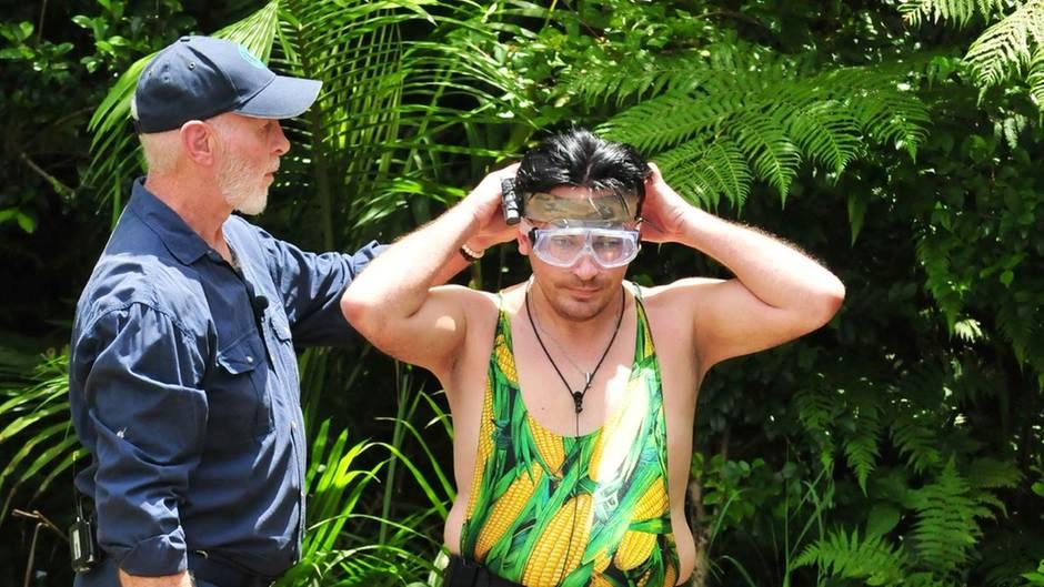 """Und täglich grüßt das Murmeltier:Matthias Mangiapane muss den dritten Tag in Folge zur Dschungelprüfung. Ob das wohl an seinem emotionalen Ausraster an Tag 2 liegt? Mit Tauchbrille und Maiskolben-Badeanzug geht es ins kühle Nass.  Alle Infos zu """"Ich bin ein Star - Holt mich hier raus!"""" im Special beiRTL.de"""