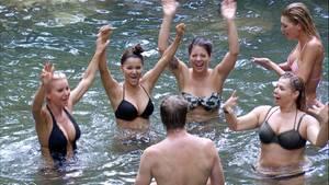 Hoch die Hände: Tatjana Gsell, Kattia Vides, Jenny Frankhauser, Sandra Steffl und Giuliana Farfalla planschen im Wasser.Ansgar Brinkmann spielt Bademeister beim Damen-Badetag.