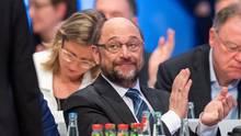Applaus, Applaus: Martin Schulz freut sich über die Entscheidung der SPD-Delegierten