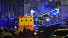 Feuerwehrleute und Sanitäter stehen am 20.01.2018 vor einem Hotel in Prag (Tschechien).