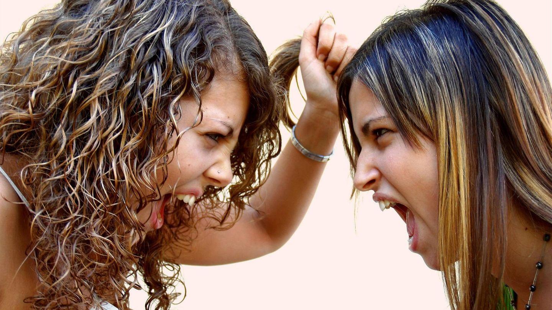 Zwei streitende Mütter werden handgreiflich