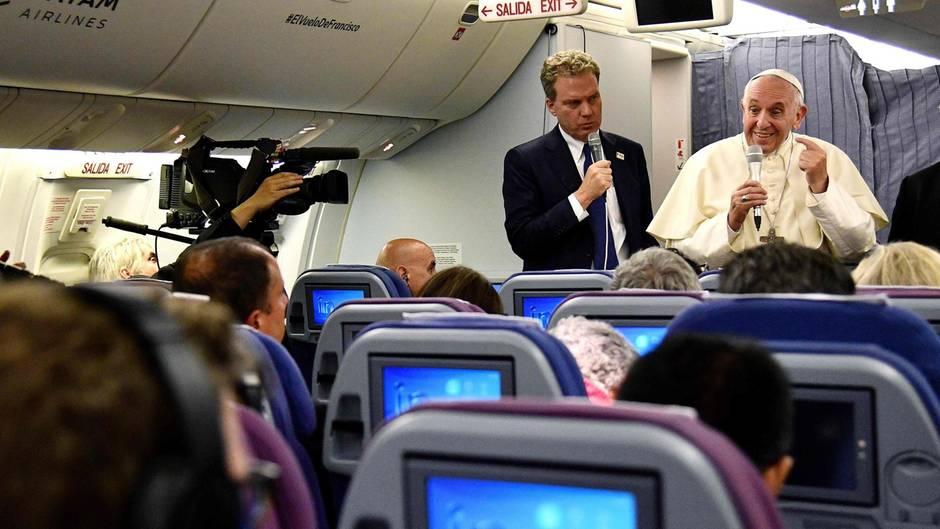 Chile/Peru. Nein, Papst Franziskus gibt hier keine Sicherheitsanweisungen, sondern beantwortet auf dem Heimflug aus Südamerika unprätentiös Fragen von Journalisten