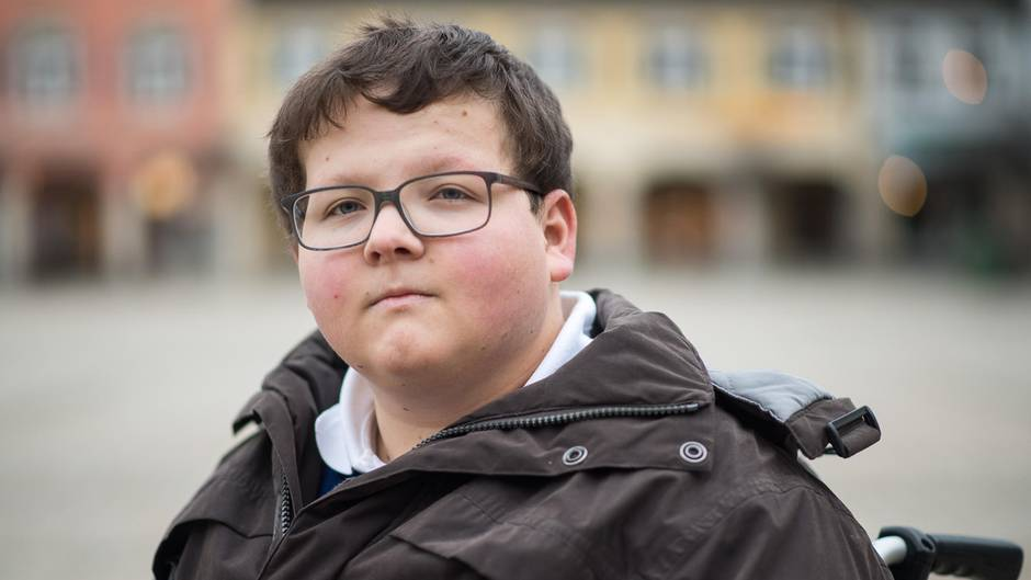 Bei einem Videodreh für ein Schulprojekt wurde Jochen Knoop von einem Mitschüler angerempelt und stürzte mit dem Kopf auf einen Bordstein. Ärzte retteten sein Leben.