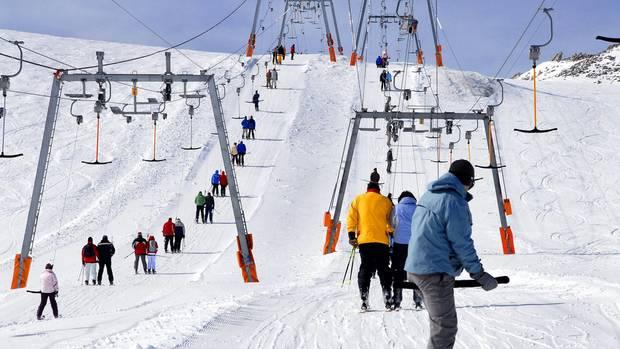"""Der Olperer-Lift am Hintertuxer Gletscher im Zillertal bringt die Gäste ins """"ewige Eis"""". Skifahren ist hier ganzjährig möglich."""