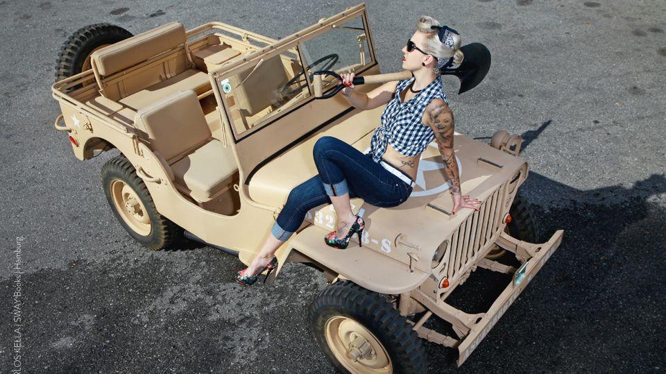 """Der limitierte Wochenkalender""""Girls & Legendary US-Cars"""" von Carlos Kella kostet 39,90 Euro und kann hier gekauft werden."""